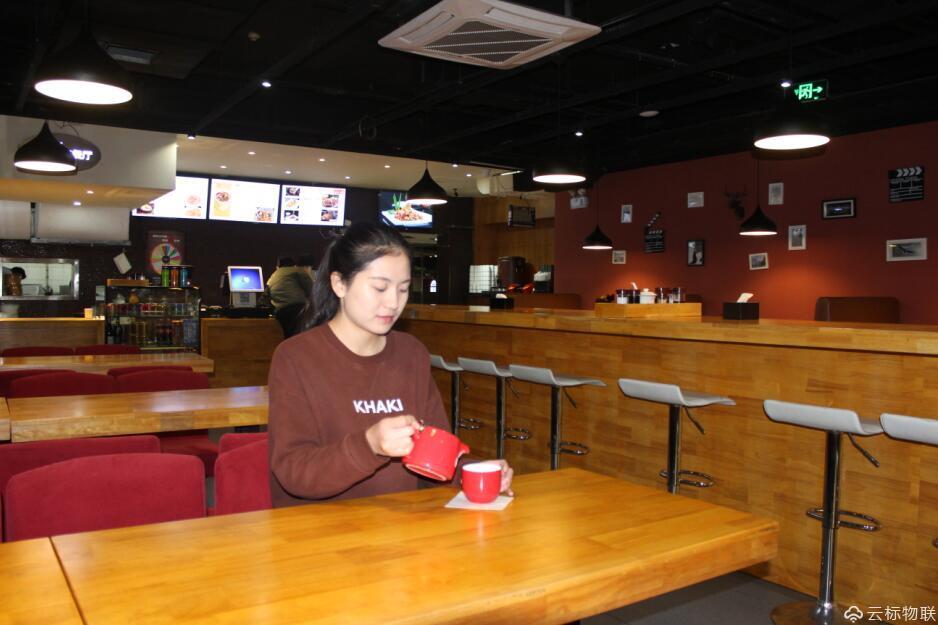 客户正在悠闲的品味咖啡