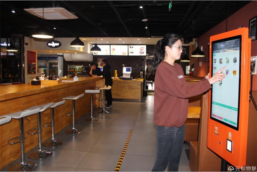 顾客正在查看选择咖啡品类